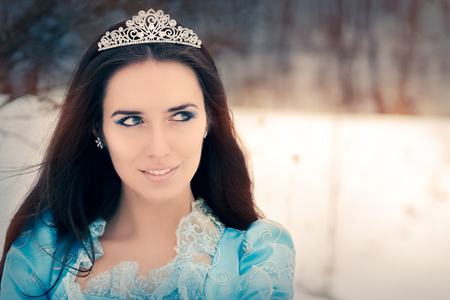 Close-up van Beautiful Snow Queen in Winter Decor Stockfoto