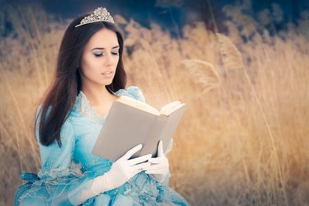 corona de reina: Princesa hermosa que lee un libro