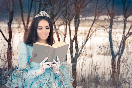 literatura: Hermosa reina de la nieve que lee un libro