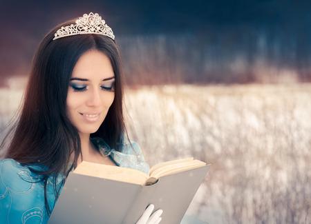 corona reina: Hermosa reina de la nieve que lee un libro