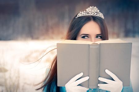 magia: Hermosa reina de la nieve que lee un libro