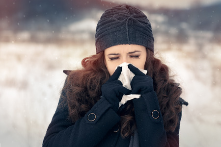 estornudo: Mujer con el tejido exterior sentirse mal Cold Winter