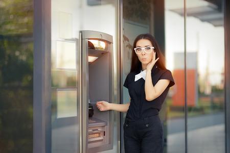 automatic transaction machine: Mujer tensionada con tarjeta de crédito en cajeros automáticos