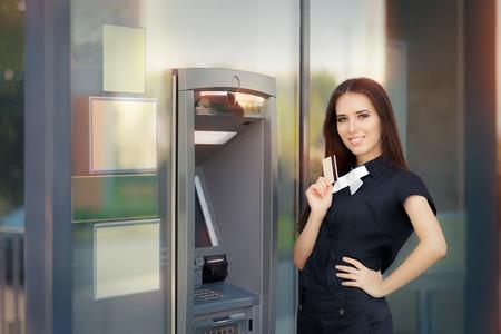 automatic transaction machine: Mujer con la tarjeta de crédito al cajero automático