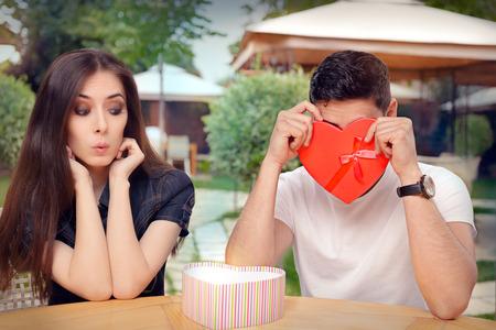 caras emociones: Avergonzado novio con su regalo de San Valentín