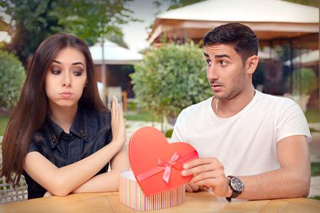 Meisje weigeren hartvormige geschenk van haar vriend