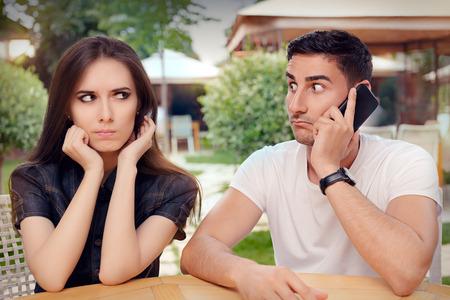 marido y mujer: Angry Girl Escuchar a su novio habla en el teléfono