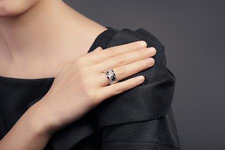 여성 손 모델에 반지의 세부를 닫습니다