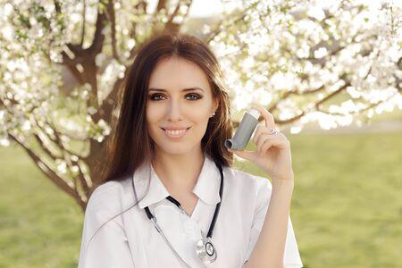 asma: Primavera M�dico de la mujer sonriendo y sosteniendo el inhalador