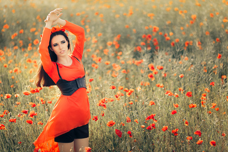 poppy: Mujer hermosa con la guirnalda floral en un campo de amapolas