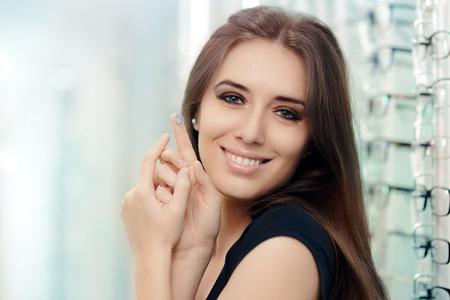 Femme avec cosmétique colorée en magasin optique Banque d'images - 55798200