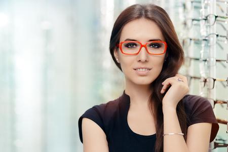 Młoda kobieta z okularów w sklepie optycznym