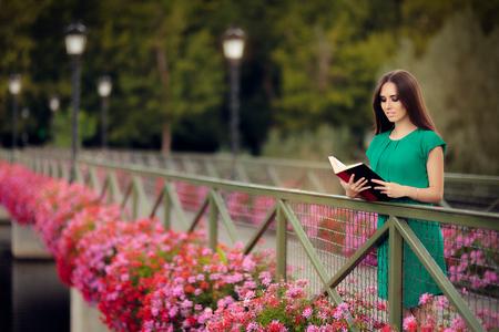 Frau liest ein Buch auf einer Brücke mit Blumen Standard-Bild - 62773571