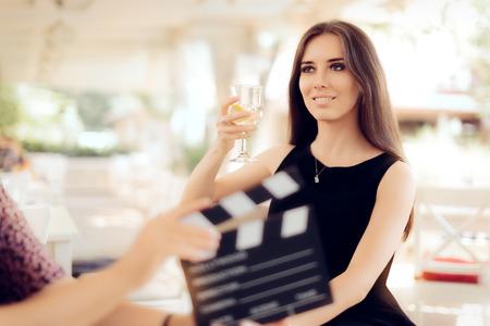 Gelukkig actrice die een Glas in filmscène