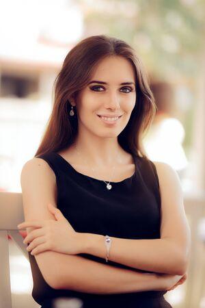ojos verdes: Retrato de una mujer joven elegante feliz