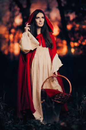 caperucita roja: Little Red Riding Hood in the Forest