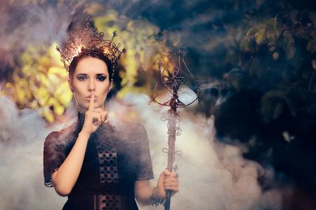 Dark Queen Tenir un secret Banque d'images