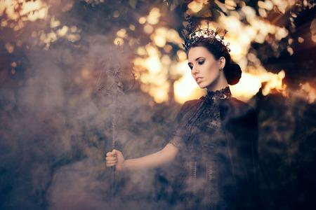 Regina del Male con scettro nella foresta nebbiosa