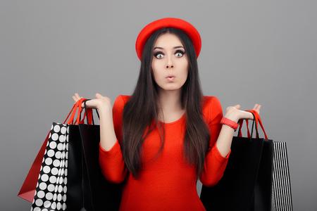 Mujer sorprendida divertida con bolsas de la compra