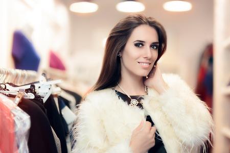 유행: 패션 스토어에서 흰색 모피 코트를 입고 쇼핑하는 여자