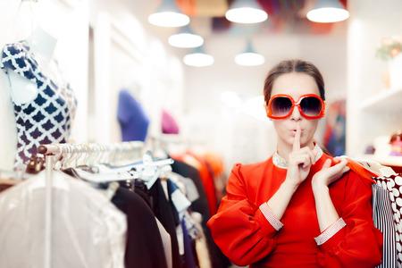 큰 선글라스 여성이 비밀 유지와 함께 쇼핑