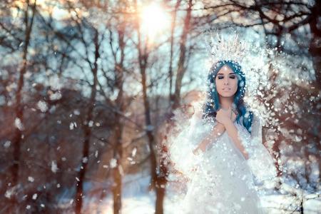Reina de la nieve en invierno paisaje de la fantasía