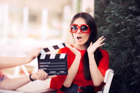Actrice Surpris avec lunettes de soleil surdimensionnées tournage du film Scène Banque d'images - 72727260