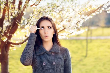 점 안약을 사용하는 봄 알레르기 여성 스톡 콘텐츠