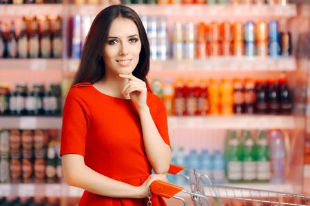 Mujer feliz de las compras en el supermercado