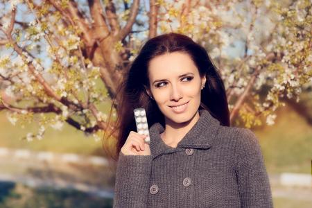 alergenos: Mujer confía en la celebración de pastillas de lucha contra las alergias Foto de archivo