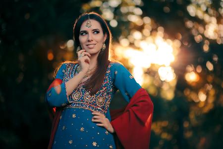 Fashion Woman Wearing Indian Costume and Jewelry Set Archivio Fotografico