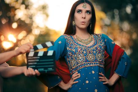 Bollywood Actrice Draagt een Indiase Outfit met Gouden Sieraden Set