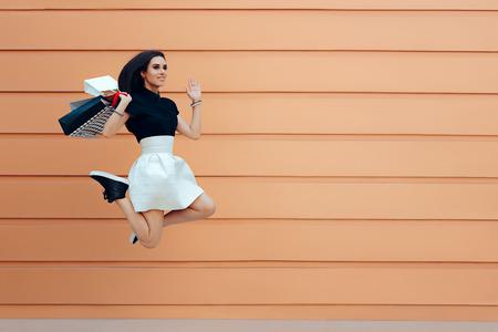 compras compulsivas: Feliz mujer corriendo con bolsas de compra en verano temporada de venta
