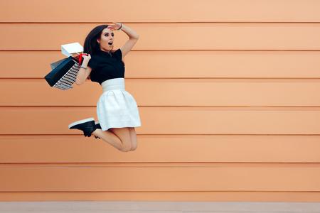Verrast vrouw die met boodschappentassen loopt in het zomerse verkoopseizoen Stockfoto