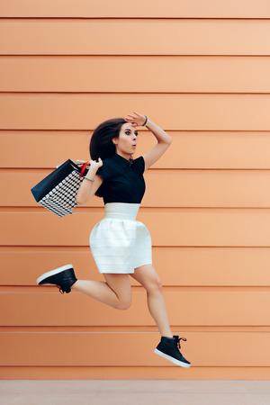 compras compulsivas: Sorprendido, mujer, corriente, compras, bolsos, verano, venta, estación