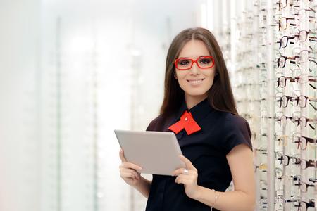 여자와 의료 안경 숍에서 PC 태블릿