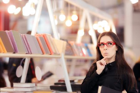 Curious Student Girl pensant à ce que les livres à acheter
