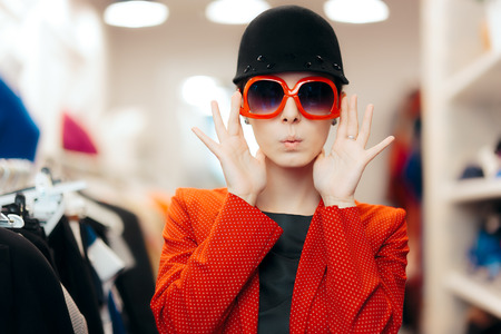 Eccentric Stylish Fashion Girl With Big Sunglasses and Chic Hat Archivio Fotografico
