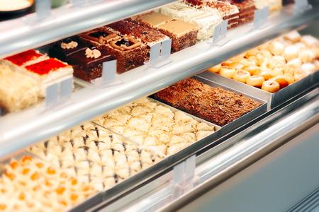 Cake Desserts in Showcase Window in Confectionery Store Stockfoto