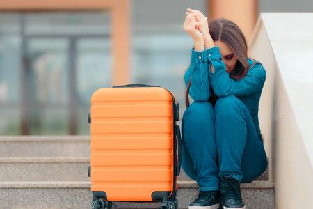 Traurige Frau, die mit Koffer nach schmerzhafter Trennung verlässt