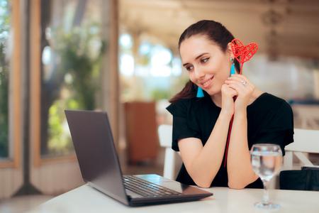 Kobieta próbuje internetowych serwisów randkowych w poszukiwaniu miłości Zdjęcie Seryjne