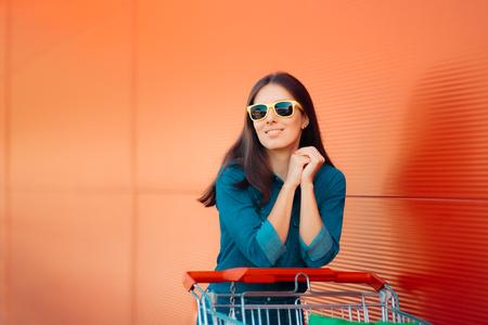 Cool Summer Girl con empujar el carrito de compras en Super Store Foto de archivo - 105657192
