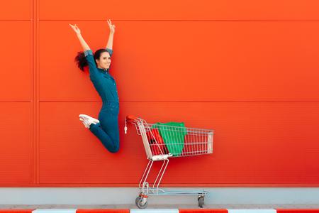 Mujer feliz con compras saltando de alegría