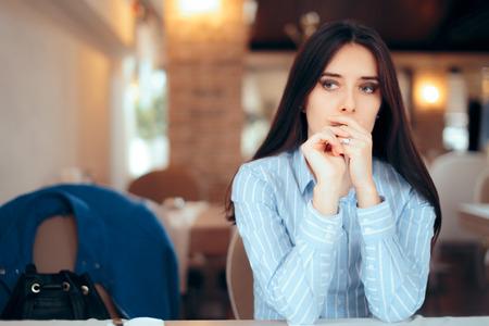 Traurige Frau, die Ehering entfernt, der über Scheidung nachdenkt Standard-Bild