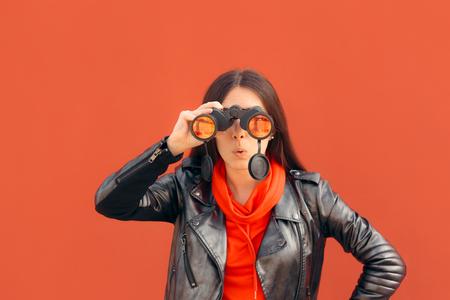 Chica milenaria visionaria mirando a través de binoculares