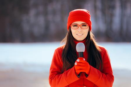 Journaliste de télévision d'hiver diffusant à l'extérieur dans la neige Banque d'images