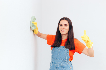 Woman Cleaning Washable Paint in House Cleaning Session Stockfoto