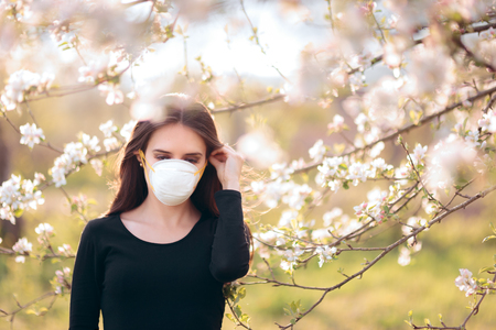 Woman with Respirator Mask Fighting Spring Allergies 版權商用圖片