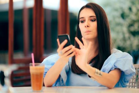 Gelangweilte Frau, die Männerprofile auf der Dating-App-Website wischt Standard-Bild