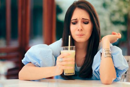 Femme dégustation de limonade aigre dans un restaurant